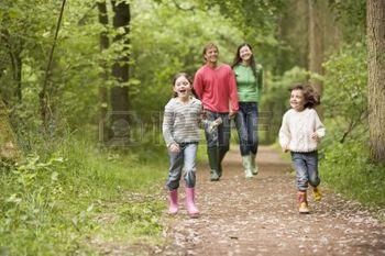 3476313-famille-de-marche-sur-le-chemin-d-acc-s-se-tenant-par-la-main-en-souriant.jpg